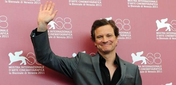 """O ator Colin Firth acena na sessão de fotos do filme """"O Espião que Sabia Demais"""", no 68º Festival de Veneza (5/9/2011)"""