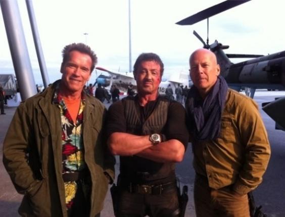 Arnold Schwarzenegger, Sylvester Stallone e Bruce Willis no set de
