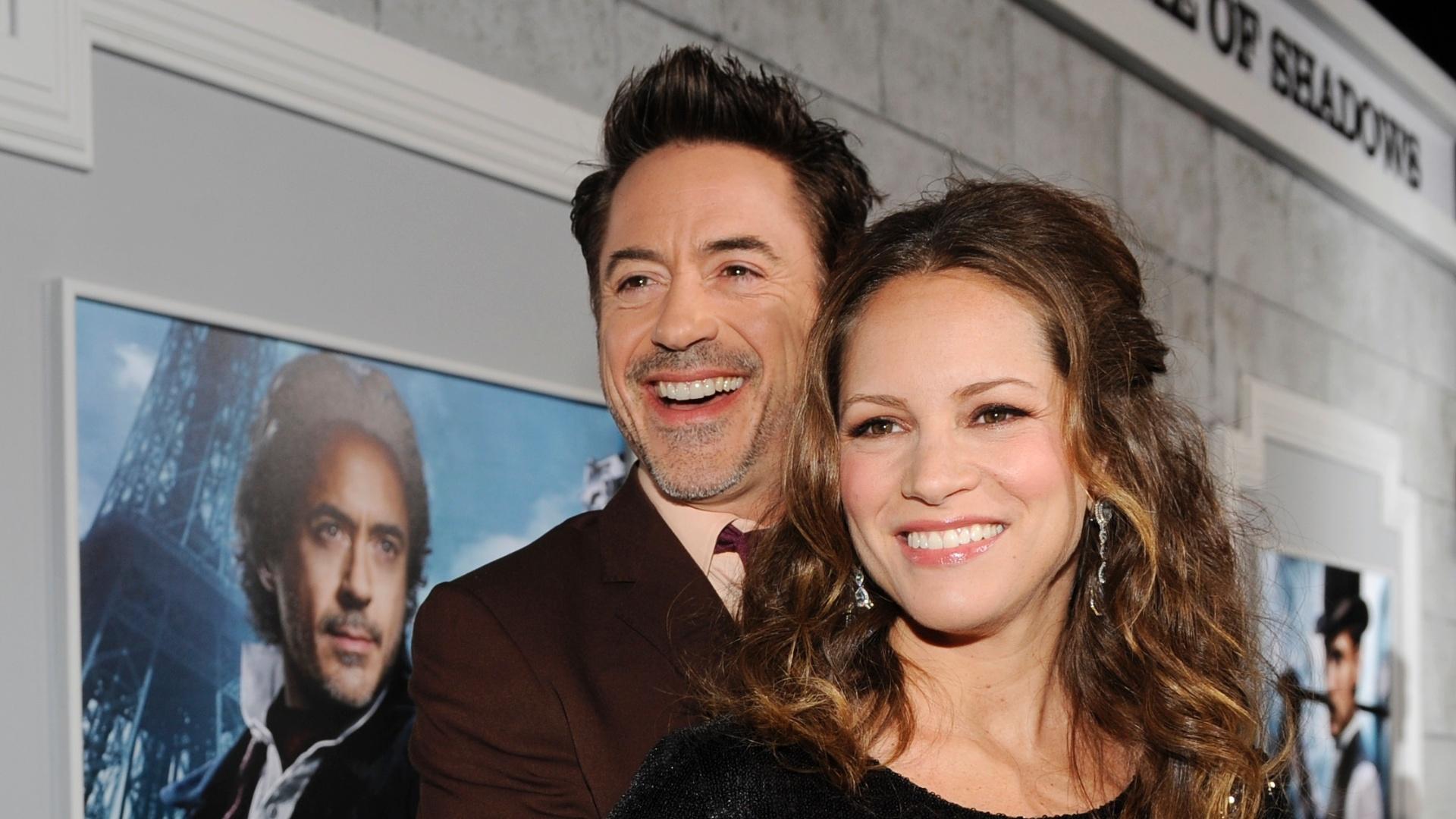 Robert Downey Jr. acaricia a barriga de sua mulher, Susan Levin, que está esperando o primeiro filho do casal, na pré-estreia do filme Sherlock Holmes: O Jogo de Sombras (6/12/11)