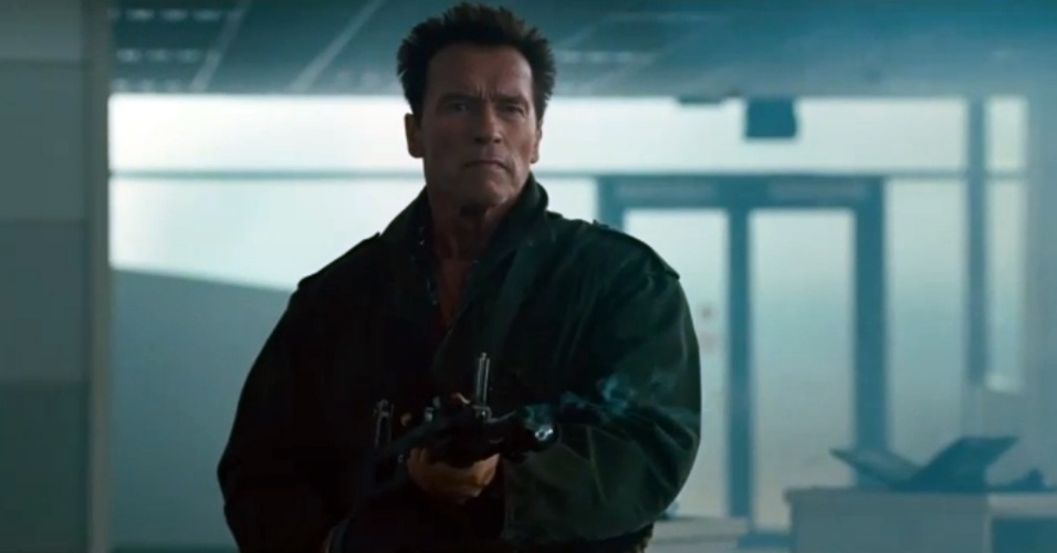 Arnold Schwarzenegger metralha inimigos em trailer de 'Mercenários 2'