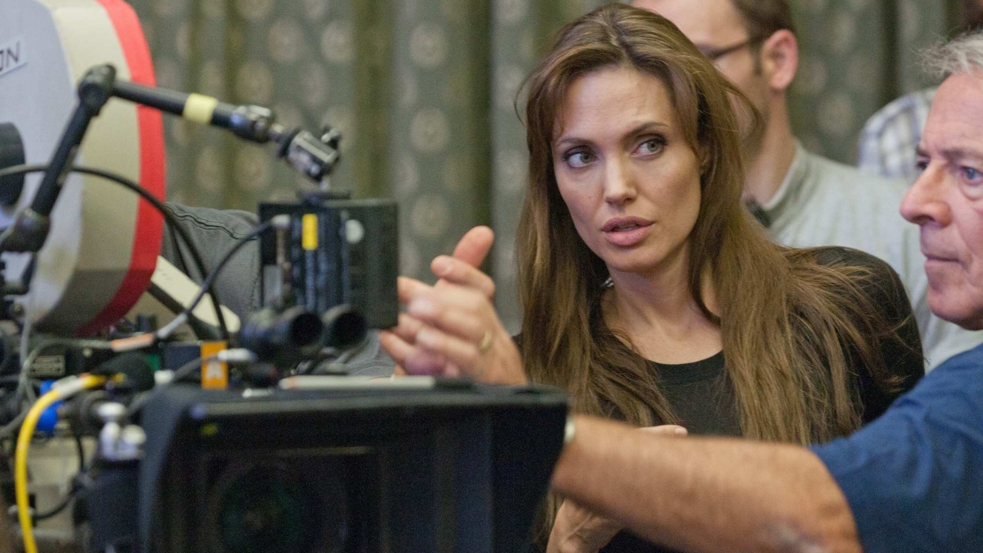 Angelina Jolie durante gravações do primeiro filme que a atriz dirige,