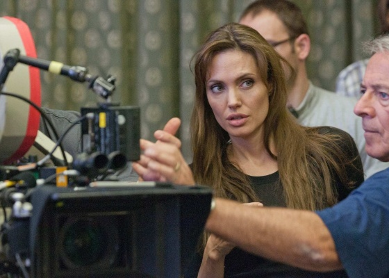 "Angelina Jolie durante gravações do primeiro filme que a atriz dirige, ""In the Land of Blood and Honey"""