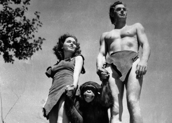 Johnny Weissmuller, como Tarzan, Maureen O'Sullivan, como Jane, e Chita (Cheetah), o chimpanzé, em cena do filme Tarzan, O Homem Macaco, de 1932.