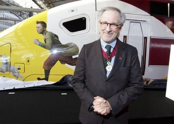 """Spielberg posa com condecoração que recebeu na Bélgica, na estreia mundial de """"As Aventuras de Tintim"""" (22/10/11)"""