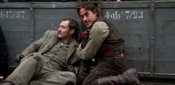 Jude Law e Robert Downey Jr. em cena de Sherlock Holmes: O Jogo de Sombras, dirigido por Guy Ritchie