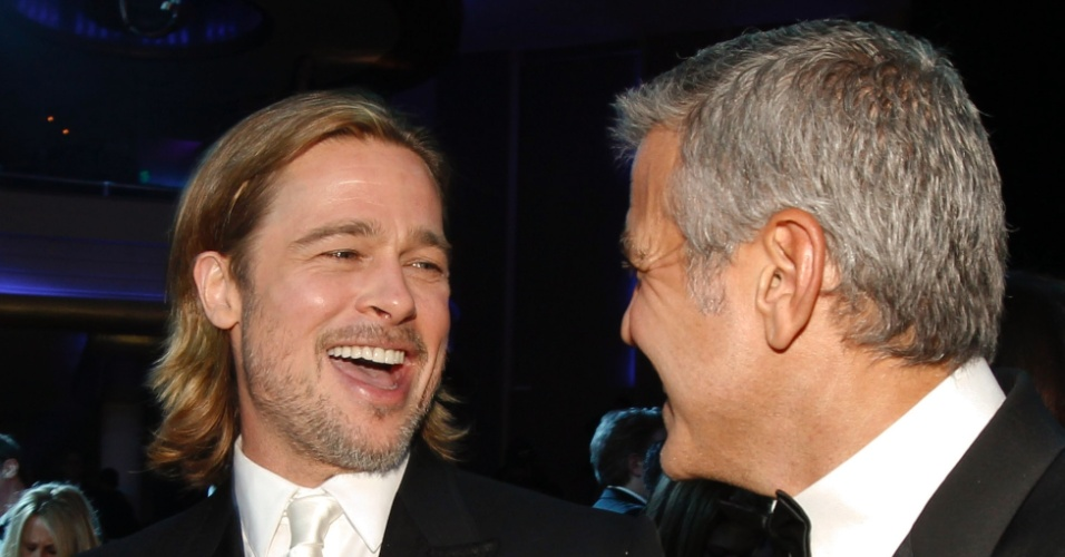 Brad Pitt e George Clooney conversam durante o Critic's Choice Movie Awards, em Los Angeles (12/1/12)
