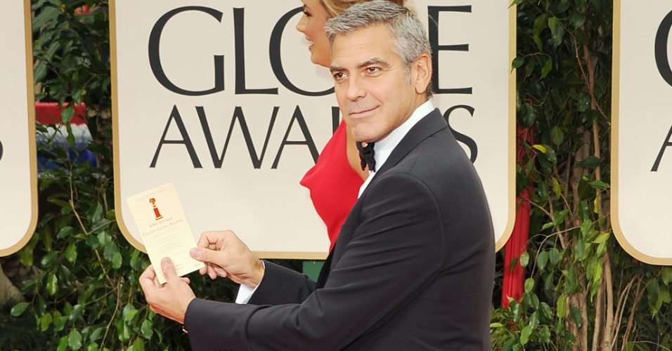 George Clooney brinca no tapete vermelho do Globo de Ouro 2012, e no   toa: ele concorre aos prmios de melhor diretor e melhor roteiro por 