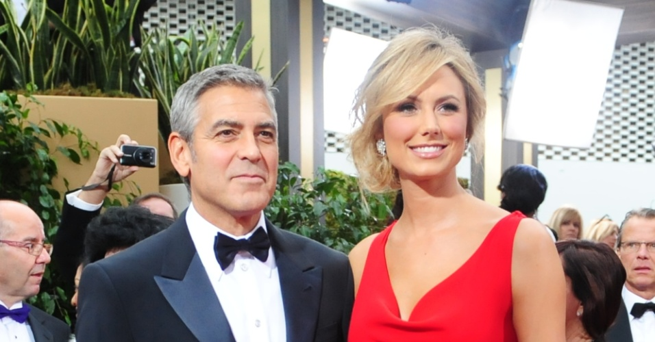 George Clooney e sua namorada, a atriz Stacy Keibler, posam para foto antes da premiao do Globo de Ouro 2012. O ator est indicado a prmios em trs categorias: melhor ator, melhor diretor e melhor roteiro (15/1/12)