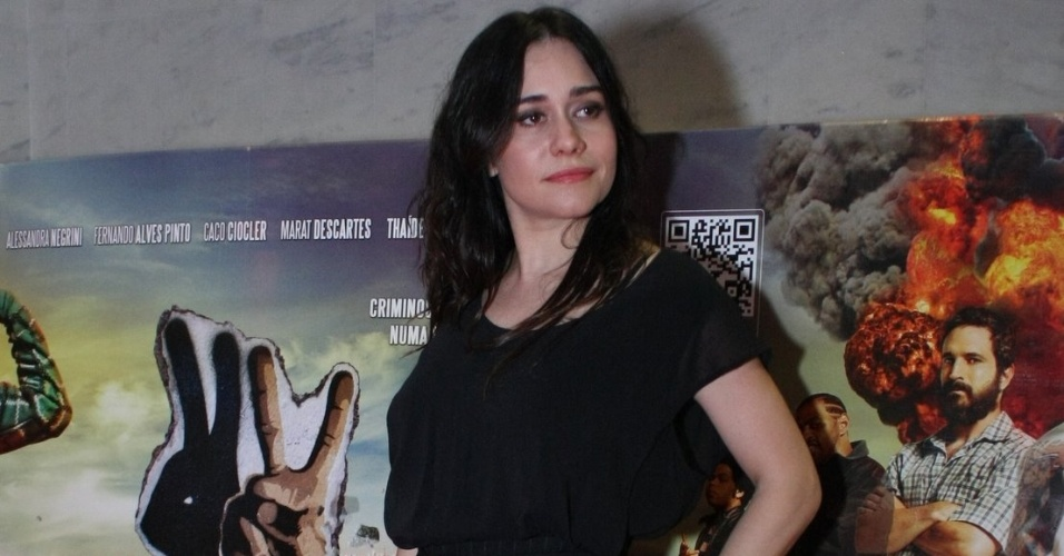 A atriz Alessandra Negrini, uma das protagonistas de &#34;2 Coelhos&#34;, posa para fotos na pr&#233;-estreia do filme, no Rio de Janeiro &#40;16/1/12&#41;