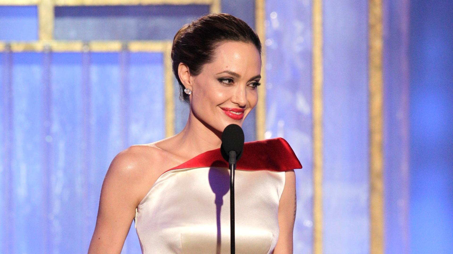 Angelina Jolie apresenta prêmio de melhor diretor no Globo de Ouro 2012 (15/1/12)