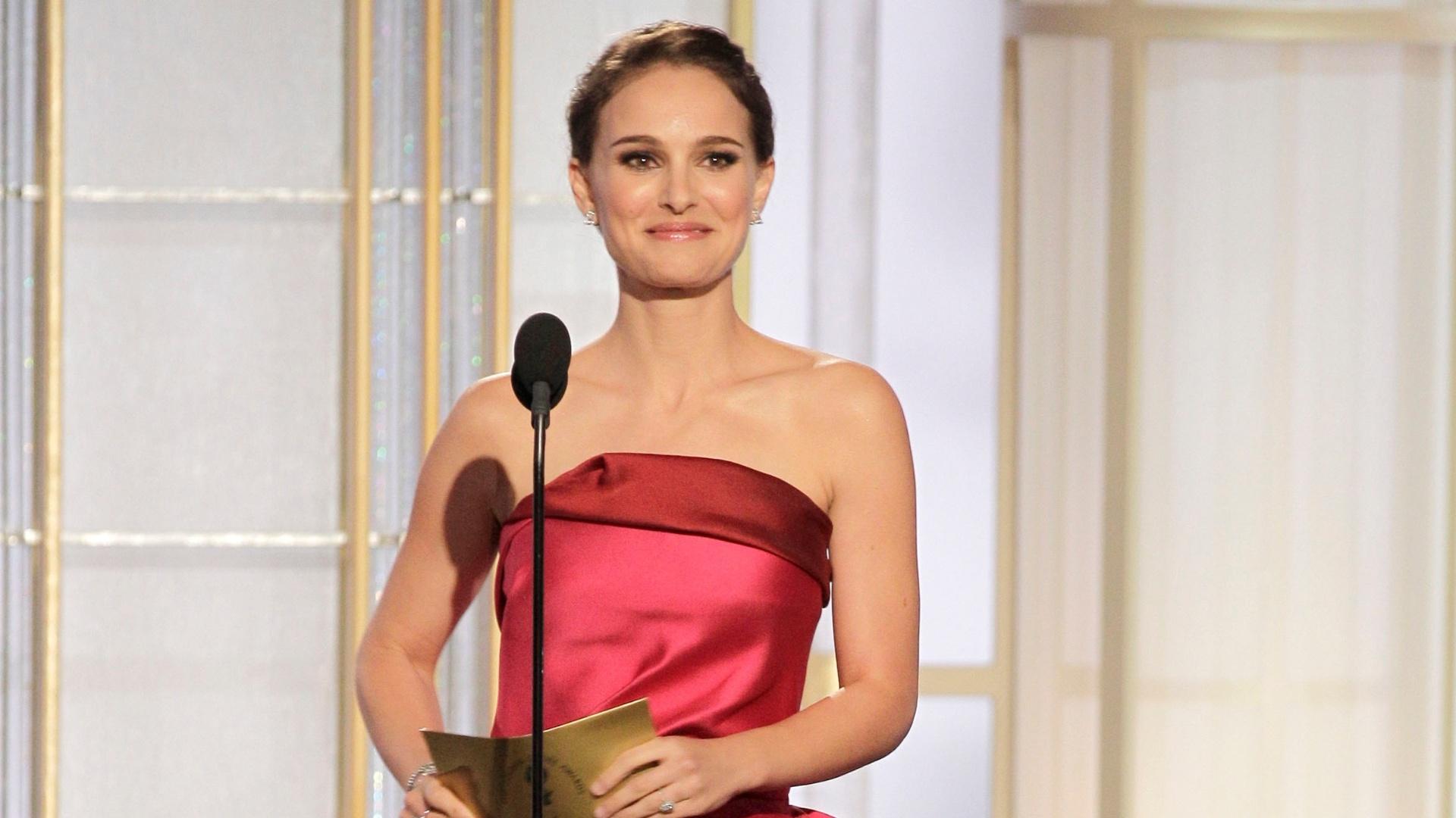 Natalie Portman apresentou o prêmio de melhor ator de drama em cinema e também virou alvo de Ricky Gervais: