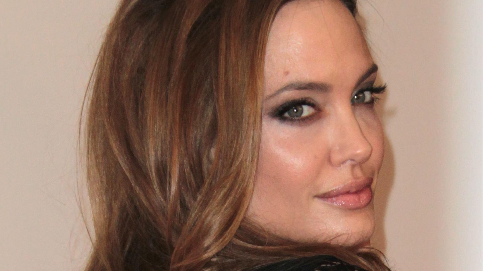 Belíssima, Angelina Jolie vai a premiação com Brad Pitt na Califórnia (21/1/12)