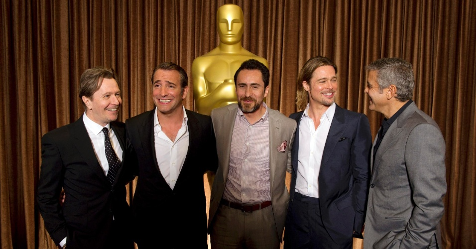 Gary Oldman, Jean Dujardin, Demin Bichir, Brad Pitt e George Clooney, os cinco indicados ao Oscar deste ano, posam juntos para foto (6/2/12) 
