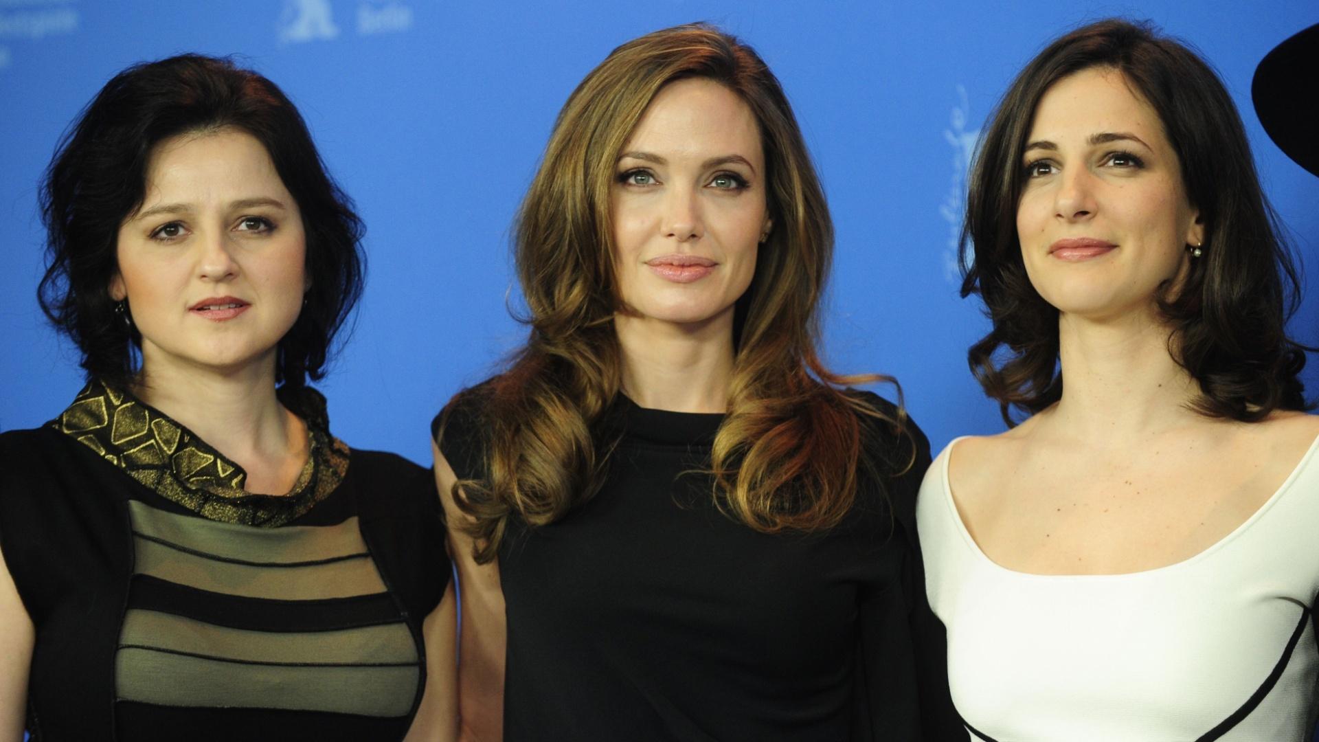 As atrizes bósnias Zana Marjanovice e Vanessa Glodjo posam ao lado da atriz e diretora Angelina Jolie durante estreia de