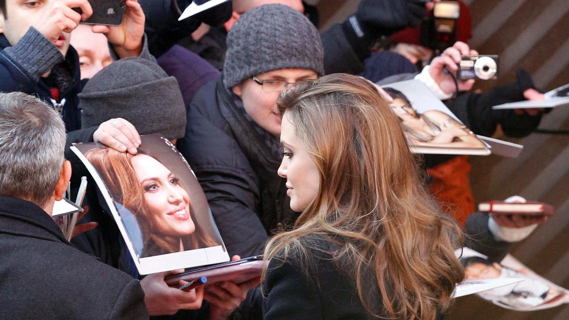 Angelina Jolie atende fãs no Festival de Berlim. A atriz foi ao evento para promover seu primeiro filme como diretora,