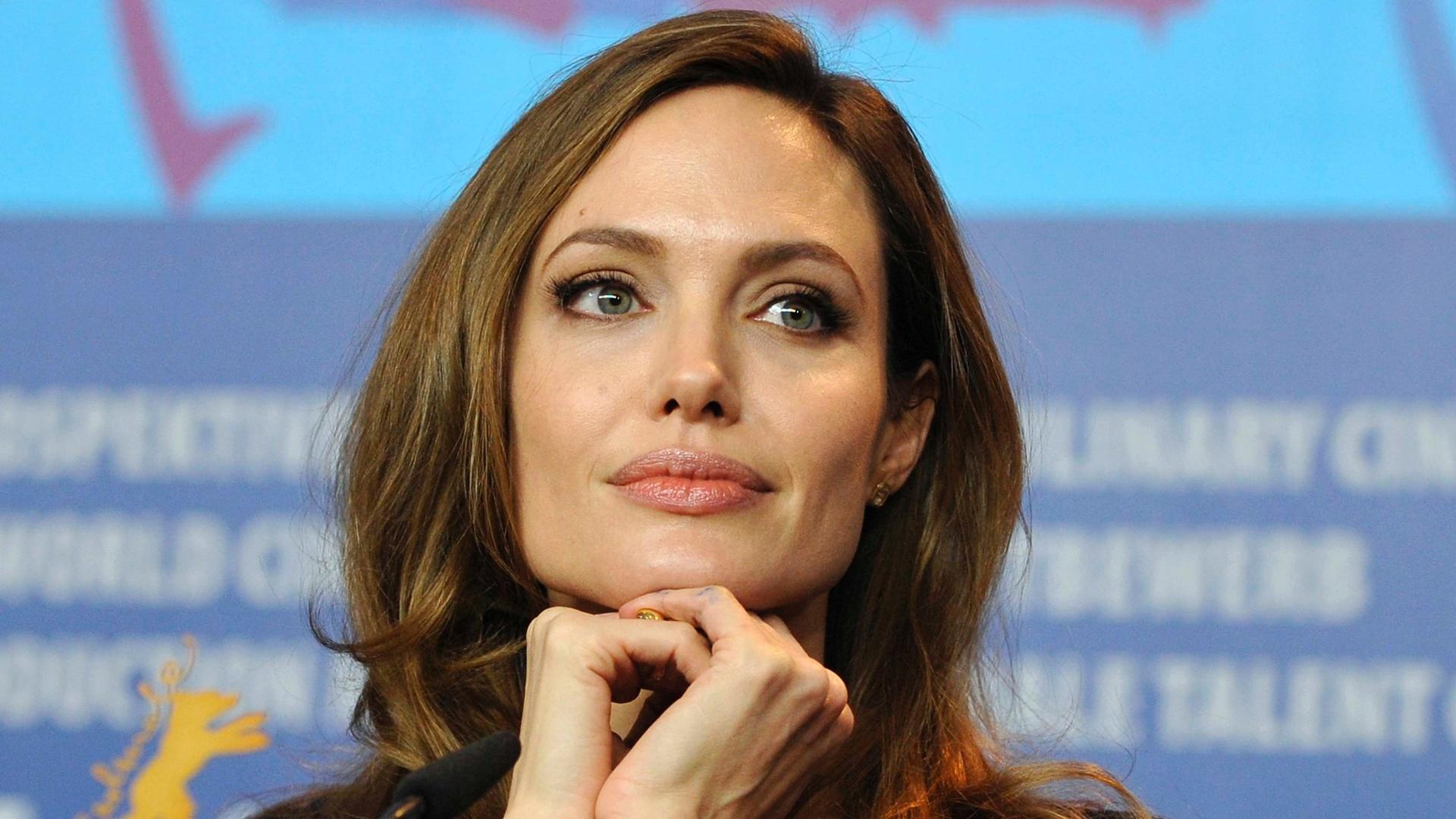 Angelina Jolie durante entrevista coletiva no Festival de Berlim