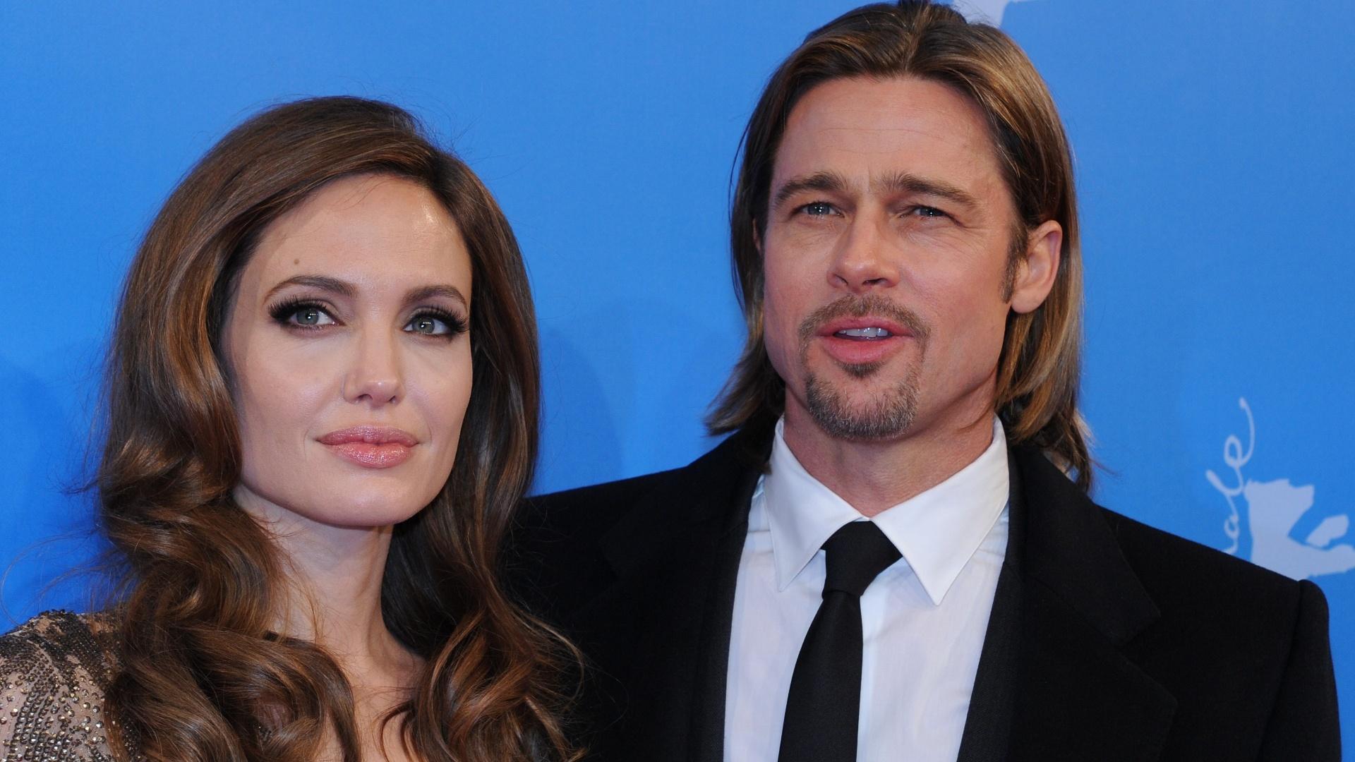 Angelina Jolie e Brad Pitt posam para foto antes da première de