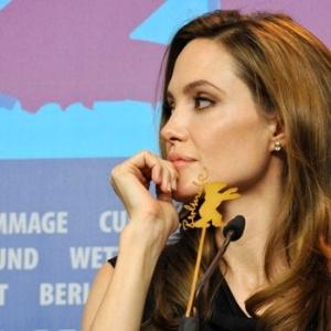 Angelina Jolie participa de entrevista coletiva no Festival de Berlim para falar de sua estreia na direção com o longa