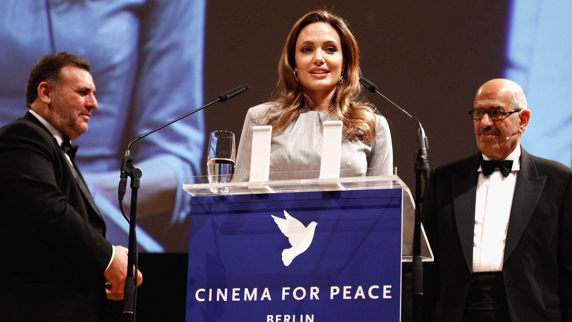 Angelina Jolie discursa no evento Cinema for Peace durante o Festival de Berlim 2012 (13/2/12)