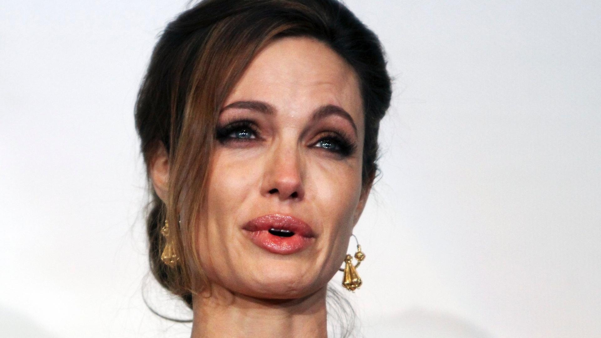 Angelina Jolie chora em Sarajevo após apresentação de seu filme como diretora