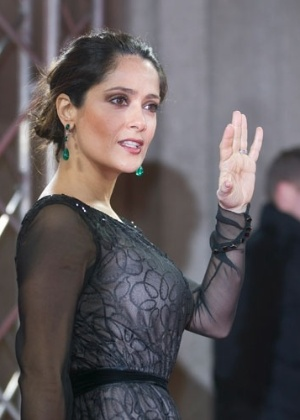 Salma Hayek passa pelo tapete vermelho para a apresenta&#231;&#227;o de &#34;La Chispa de la Vida&#34; durante o Festival de Berlim 2012 &#40;15/2/12&#41;