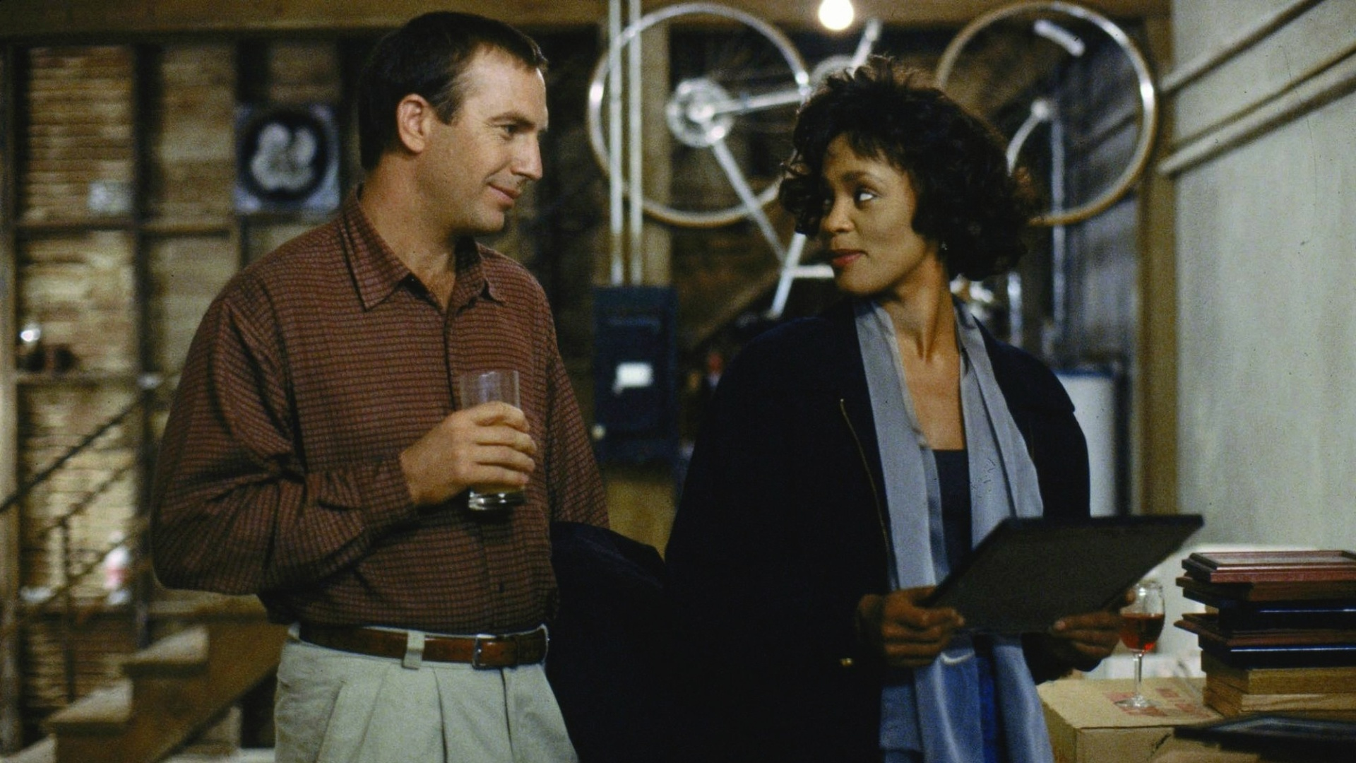 Kevin Costner e Whitney Houston em cena de