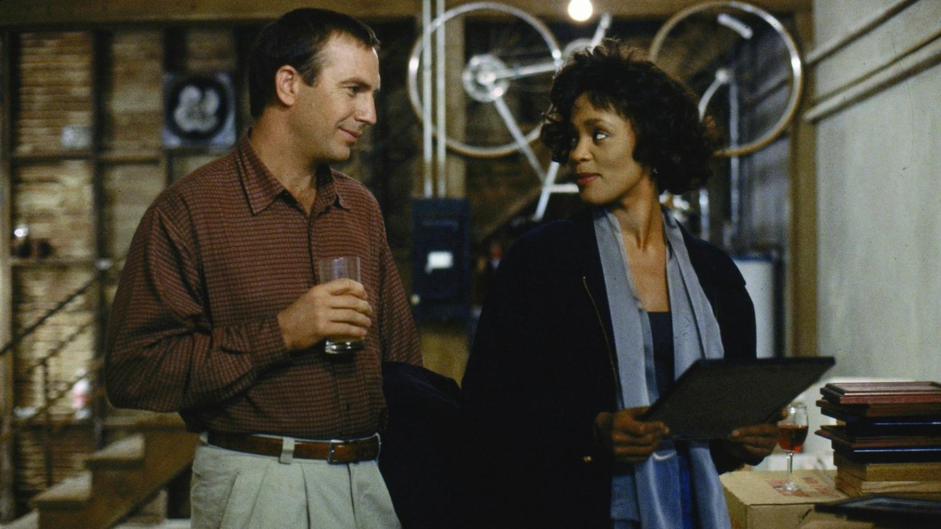 Kevin Costner e Whitney Houston em cena de