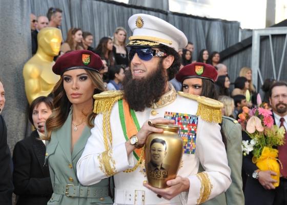 O comediante Sacha Baron Cohen chega à cerimônia do Oscar 2012 vestido como O Ditador e segurando uma urna representando as cinzas do ditador coreano Kim Jong Il; ele jogou as cinzas sobre o apresentador do E!, Ryan Seacrest (26/2/12)