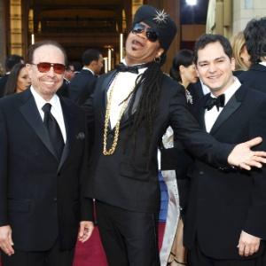 Os músicos Sérgio Mendes e Carlinhos Brown e o diretor Carlos Saldanha, representantes brasileiros no Oscar com uma indicação à canção Real In Rio, da animação Rio, chegam ao prêmio da Academia (26/2/12)