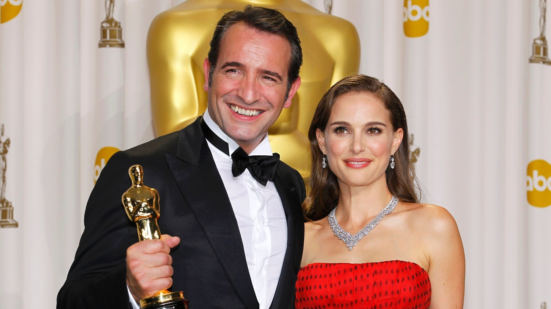 Jean Dujardin, vencedor do Oscar de melhor ator, posa com Natalie Portman (27/2/12)