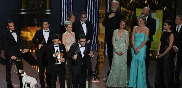 produtor thomas langmann diretor michel hazanavicius e elenco de o artista sobem no palco apos a vitoria do filme no oscar 2012 27212 1330319495766 615x300 O Artista e Hugo Cabret ganham cinco prêmios no Oscar 2012; filme francês fica com principais categorias