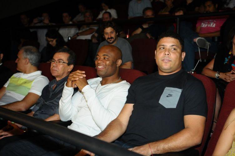 O lutador Anderson Silva e o ex-jogador Ronaldo na primeira exibição do documentário