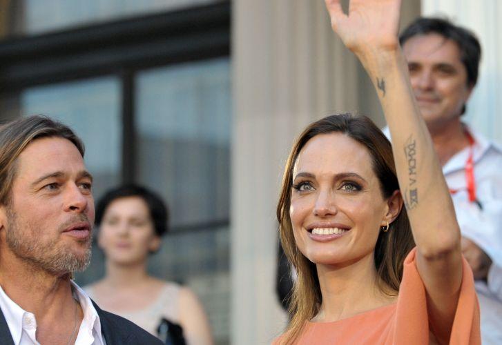 Brad Pitt e Angelina Jolie acenam para os fãs no Festival de Cinema de Sarajevo, na Bósnia. A atriz recebeu um homenagem especial no evento por ter dirigido o filme