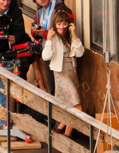 Penélope Cruz dança e faz caras e bocas durante as gravações de