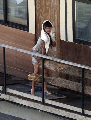 Penélope Cruz levanta o vestido e deixa calcinha à mostra durante as filmagens de seu novo filme
