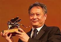 Ang Lee com o Leão de Ouro recebido por Lust, Caution