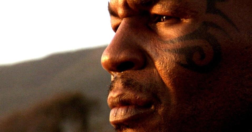 Mike Tyson faz uma retrospectiva de sua vida e de sua carreira em frente às câmeras