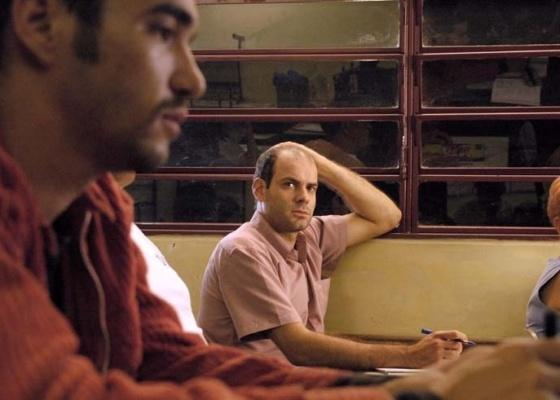 """Caio Blat e Marat Descartes em cena do filme """"Os Inquilinos"""" (2010), de Sérgio Bianchi"""