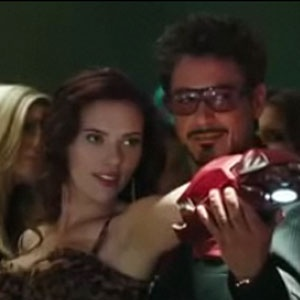 Scarlett Johansson e Robert Downey Jr. contracenam em ''Homem de Ferro 2