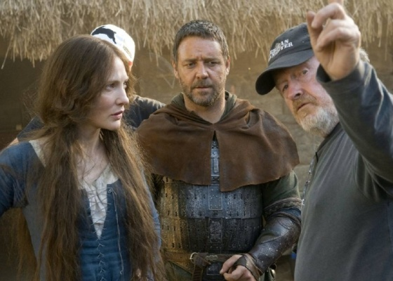 Cate Blanchett e Russell Crowe ouvem orientações de Ridley Scott antes de rodar uma cena