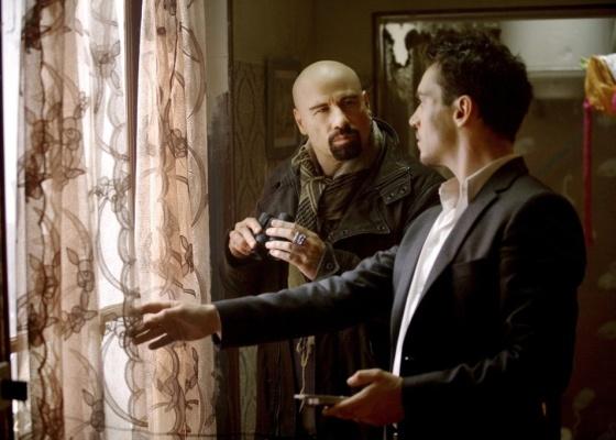John Travolta atua como o agente do FBI Charlie Wax e Jonathan Rhys Meyers é James Reece em ''Dupla Implacável''
