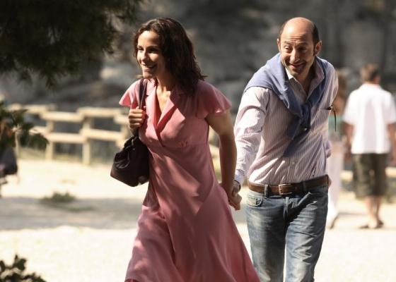 Marido tenta animar a esposa com mudança de cidade na comédia ''A Riviera não é Aqui''