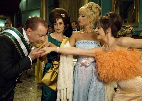 Odorico Paraguaçu (Marco Nanini) cumprimenta as irmãs Cajazeiras (Zezé Polessa, Andrea Beltrão e Drica Moraes) em cena do filme ''O Bem Amado''