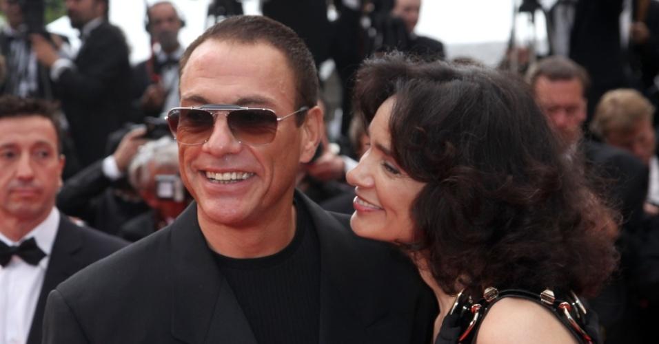 "Jean Claude Van Damme e a mulher, Gladys Portugues, na sessão de ""Robin Hood"", em Cannes (12/05/2010)"