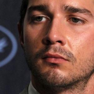 Shia LaBeouf é visto em coletiva de ''Wall Street - O Dinheiro Nunca Dorme'' no Festival de Cannes (14/05/2010)