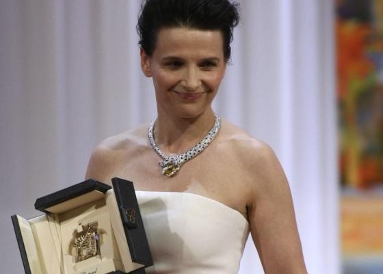 Juliette Binoche posa com o prêmio de melhor atriz por seu papel em ''Copie Conforme'', de Abbas Kiarostami (23/05/2010)
