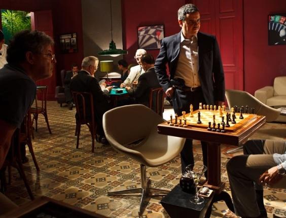 O diretor Marcos Paulo observa os atores Cassio Gabus Mendes e Milhem Cortaz nos bastidores de ''Assalto ao Banco Central''