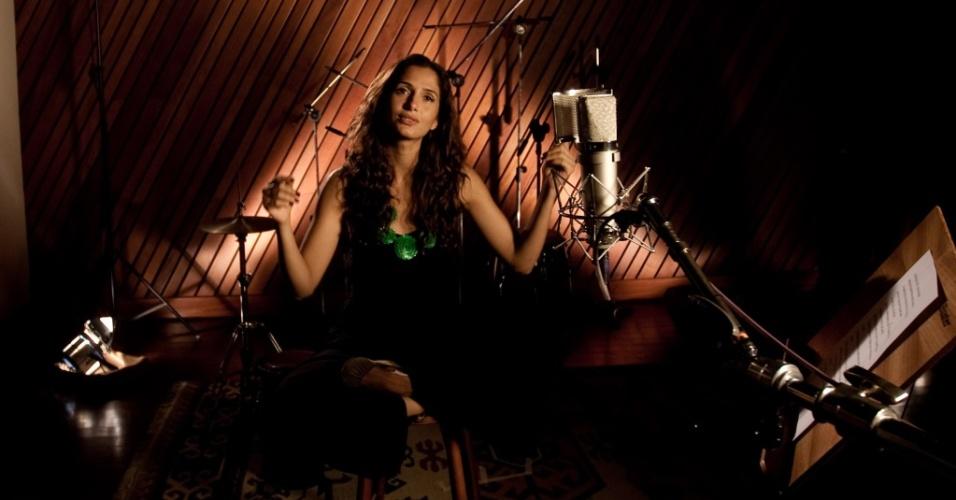 A atriz Camila Pitanga durante gravação da canção-tema de