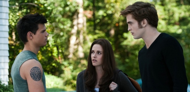 Jacob (Taylor Lautner), Bella (Kristen Stewart) e Edward (Robert Pattinson) em cena de Eclipse