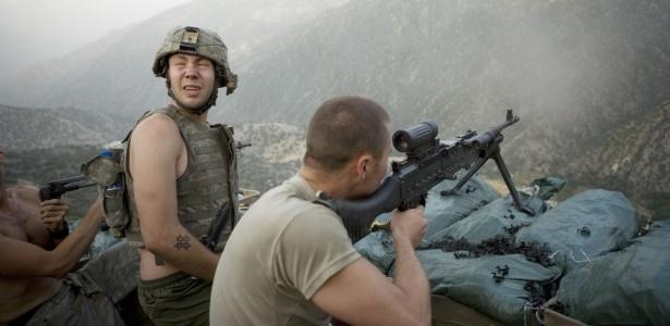 O especialista Misha Pemble-Belkin (esq.) e outros soldados de sua companhia durante um combate no posto avançado de Restrepo no vale Korengal, no Afeganistão